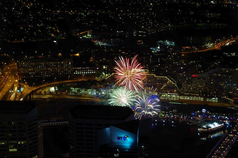 Feuerwerk im Darling Harbour. Aufgenommen vom Sydney Tower aus.